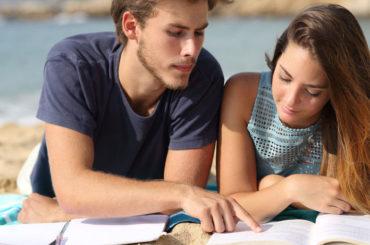 Lo studente in spiaggia: come sopravvivere allo studio estivo